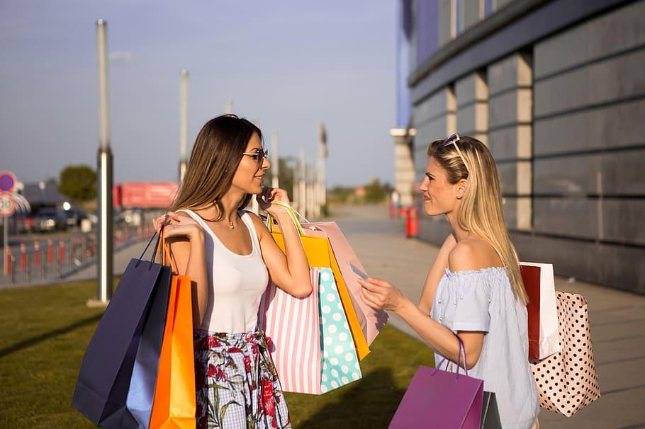 Изборът на тясна ниша, в която да оставите своя знак, е доказана стратегия за нови модни дизайнери.